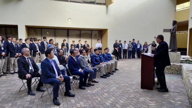 貝稜中學揭幕利瑪竇雕像 募款買口罩贈台灣姊妹校