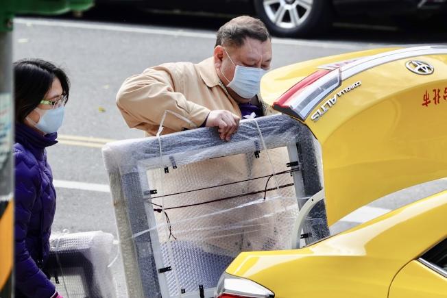 台再增兩例新冠肺炎個案。圖為計程車司機載客不忘戴口罩。(記者林伯東/攝影)