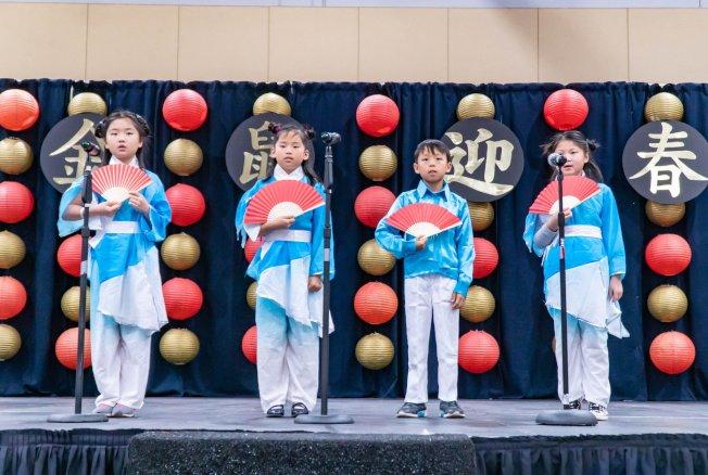 爾灣中文學校學生表演詩歌朗誦。(南海岸中華文化中心提供)