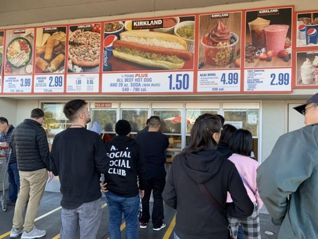 Costco餐飲部食物便宜,不少沒有會員卡的民眾也常購買。(記者江碩涵╱攝影)