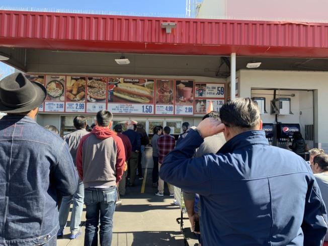 不少Costco餐飲部不在賣場內,民眾即便沒有會員卡也能隨時購買,圖是桑尼維爾的Costco,就是在戶外。(記者江碩涵╱攝影)