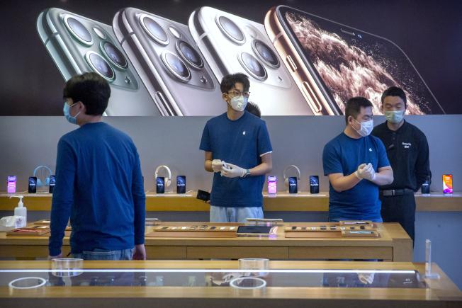 美國蘋果預測今年第一季的利潤下滑,這是受到型肺炎疫情的衝擊。圖為在北京的一家蘋果店在14日情人節當天,顧客零稀。(美聯社)
