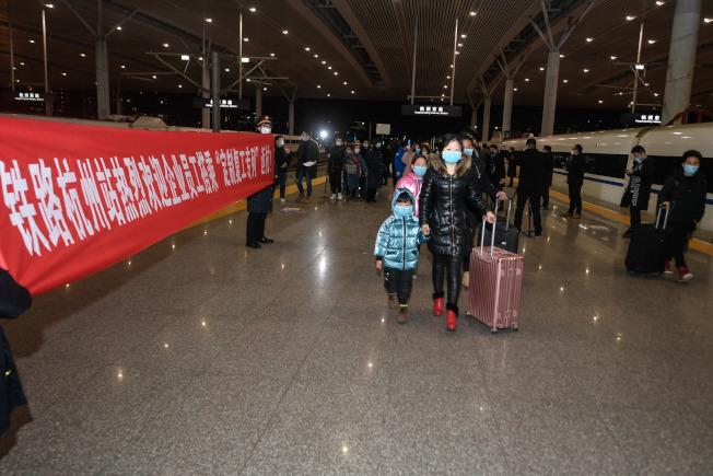 在杭州東站,復工人員有序出站。(新華社)