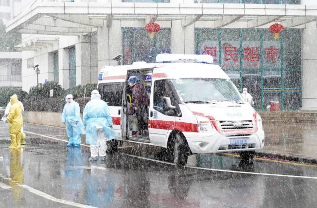 武漢作家方方在日記裡說,在武漢,幾乎人人心理上都有創傷。圖為武漢協和醫院2月15日在風雪中收治新冠肺炎患者。(中新社)
