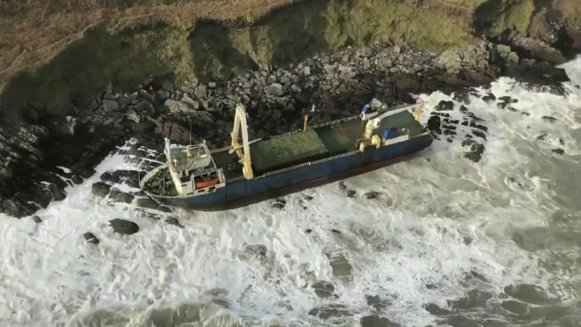 風暴丹尼斯周末橫掃愛爾蘭,在海上漂泊17個月的無人「幽靈船」阿塔號在驚滔駭浪中沖上愛爾蘭南部海岸。(美聯社)