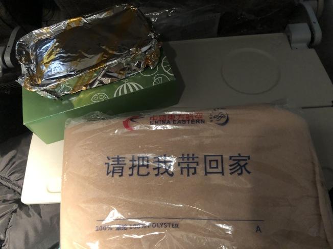 中國東方航空的飛機餐改成一次性,毛毯也可以直接帶回家。(圖片由賈女士提供)