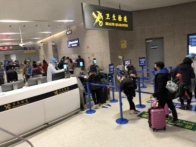 近期經過中國海關登機赴美的人士絕大部分是美國公民或持有綠卡的永久居民。(圖片由賈女士提供)
