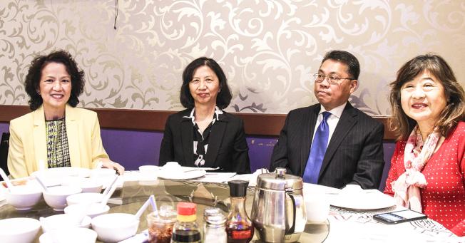 趙婉兒(左一),陳奕芳,李歩青及英文老師高嫚璘高嫚合影。