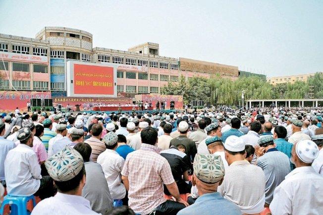 圖為2014年,新疆和田地區墨玉縣的「打擊暴力恐怖活動表彰大會」。(中新社)