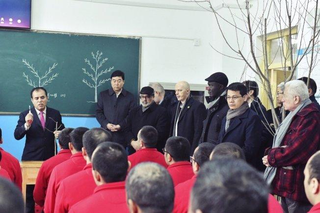 圖為2019年,新疆和田地區墨玉縣職業技能教育培訓中心,中國當局邀請外國外交官員前來參觀「培訓成果」。 (新華社)