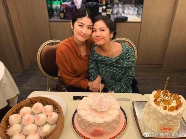 鍾楚紅(右)60歲和小12歲的陳慧琳卻像姊妹  取材自微博