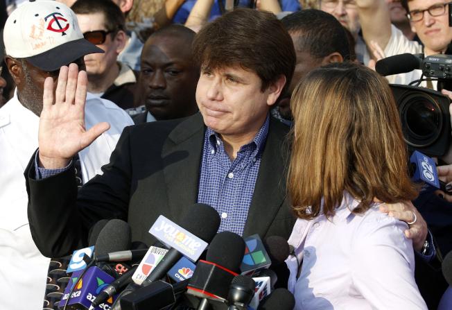 川普總統為獲刑14年的前伊利諾州長布羅格亞維奇減刑。圖為布羅格亞維奇2012年3月14日到聯邦監獄報到前,對媒體發表談話。(美聯社)