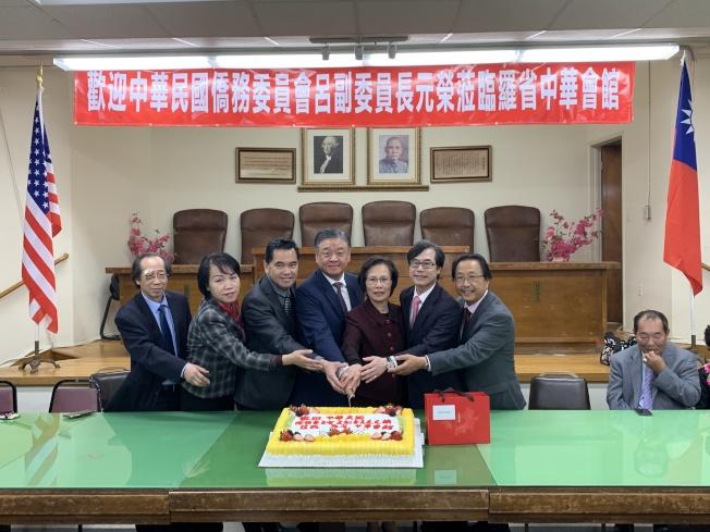 羅省中華會館主席廖美華(右三)切蛋糕歡迎中華民國僑務委員會副委員長呂元榮(右四)拜會。(記者高梓原/攝影)