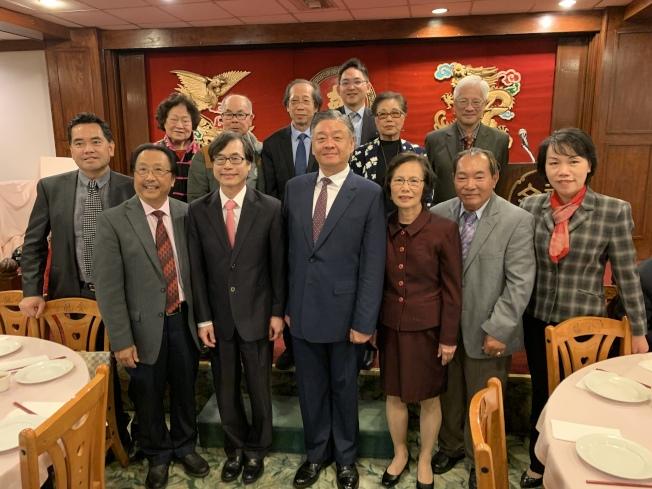 中華民國僑務委員會副委員長呂元榮(前排左三)與僑團老友合影留念。(記者高梓原/攝影)