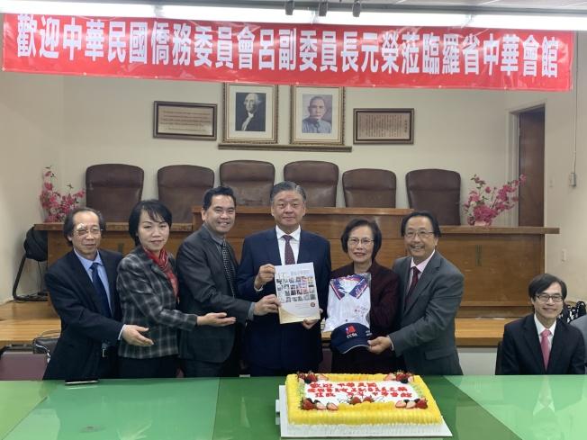 中華民國僑務委員會副委員長呂元榮(右三)拜會中華會館,與四大首長交換禮品。(記者高梓原/攝影)