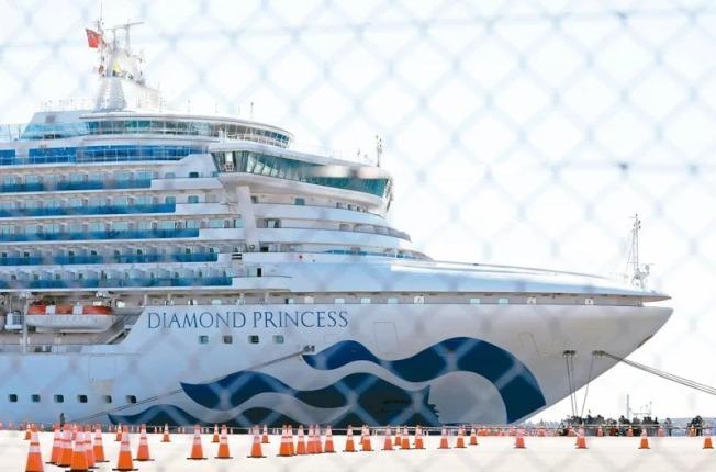 日本當局在當地時間19日起讓鑽石公主號郵輪上檢驗陰性的乘客及船員陸續下船。(路透)