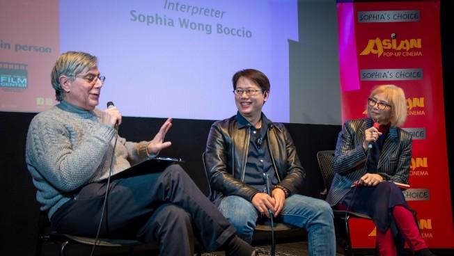 台灣導演賴孟傑(中)參加17日「陪你很久很久」放映會後,與芝加哥哥倫比亞學院的教授法左恩(Ron Falzone,左)對談,右為亞洲躍動影展負責人王曉菲。(亞洲躍動影展提供)