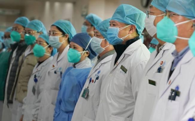 有中國網友怒斥女護士被剃光頭,並反問:「為什麼派出去的男醫護,沒有同樣剃光頭?」(新華社)