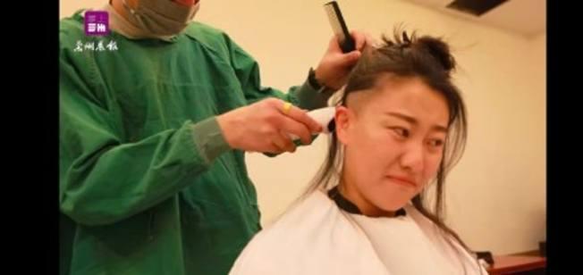 甘肅女護士被剃光頭事件,引起爭議。圖/截自微博「每日甘肅網」影片