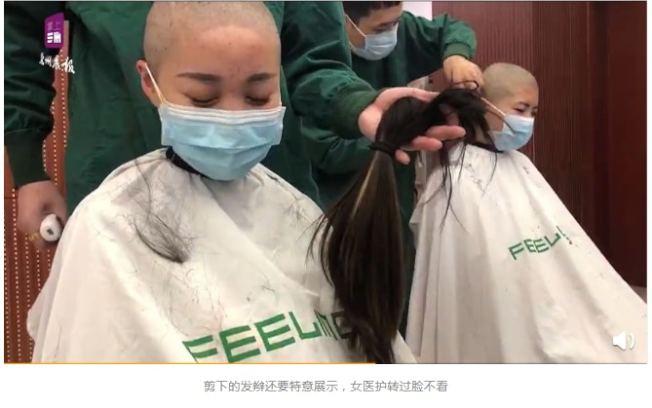 男理髮師將剪下的頭髮放到女護士的面前展示,對方轉過臉,閉眼不願看到,神情滿是憂傷。圖/截自微博「每日甘肅網」影片
