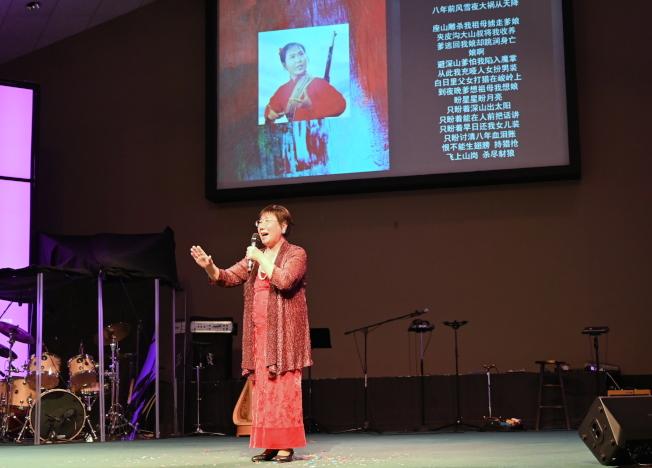 78歲王飛揚演唱京劇「智取威虎山」中15歲的小常寶的唱段。(記者王政賢/攝影)