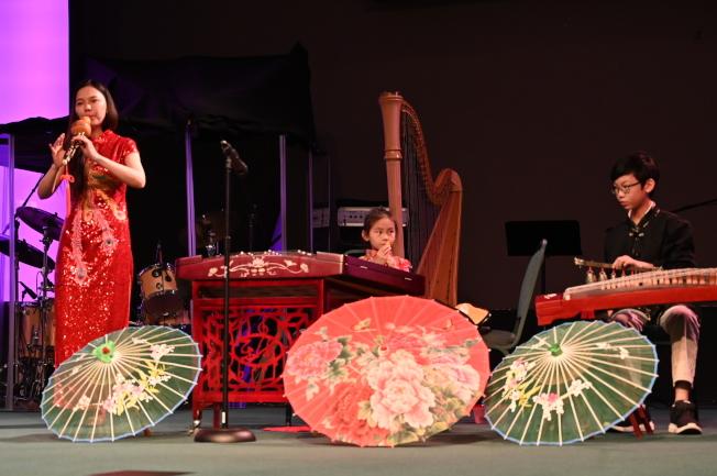陳詩韻(左1)帶著她的一雙兒女安泰(右1)、安馨兩次登台表演。(記者王政賢/攝影)