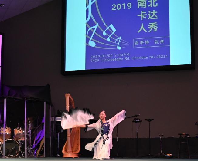 蔣江美表演獨舞「墨扇」。(記者王政賢/攝影)