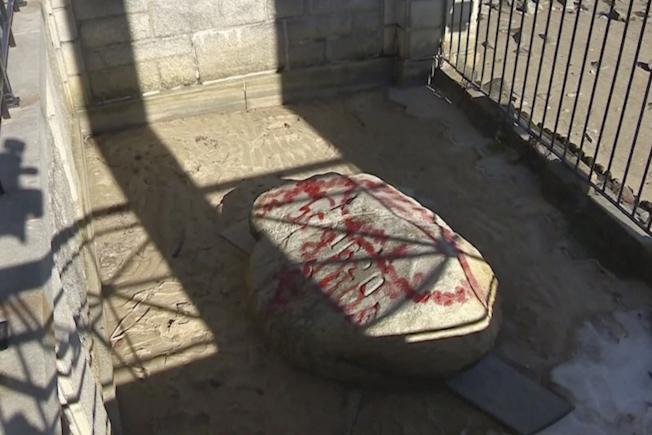 今年恰逢五月花號登陸美洲400周年,但象徵登陸地點的普利茅斯岩,以及朝聖者雕像、扇貝形狀的公共藝術品以及石椅等,卻被噴漆破壞。(美聯社)