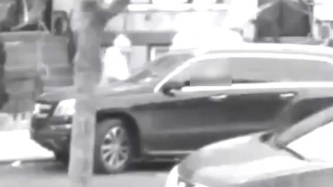 一名白人男子涉嫌冒充警員,搶劫一名睡在車裡的華男。(市警提供)