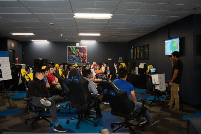 爾灣加大電競選手開會商討戰術。(UC Irvine提供)