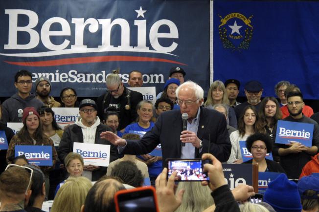 參議員桑德斯聲勢高漲,領跑民主黨其他參選人。圖為桑德斯在內華達州競選。(美聯社)