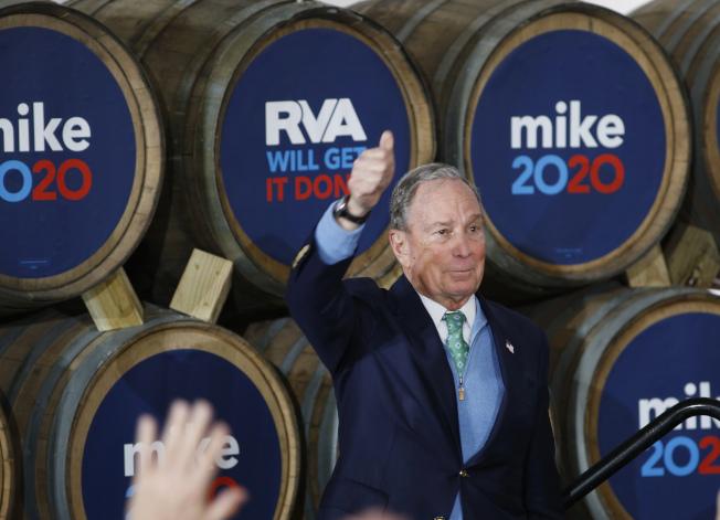 前紐約市長彭博急起直追,圖為他在維州競選時,對選民舉起大拇指。(美聯社)