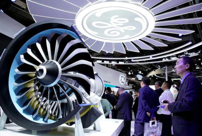 媒體報導川普政府正考慮禁售奇異(GE)飛機引擎給中國,保護美國高科技不落入中共手中。圖為去年的上海航展上的美國GE展示噴射飛機引擎。(路透)