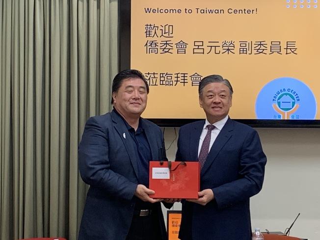 中華民國僑務委員會副委員長呂元榮(右)贈禮給大洛杉磯台灣會館副董事長陳柏宇(左)。(記者謝雨珊/攝影)