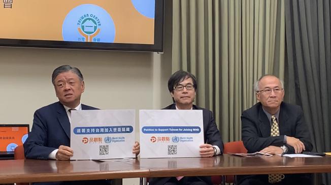 中華民國僑務委員會副委員長呂元榮(左)鼓勵民眾參加連署,讓台灣以觀察員身分參加WHA大會。(記者謝雨珊/攝影)