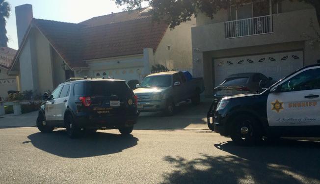 洛縣警局接到報案不敢怠慢,多輛警車趕往忘關門的民眾家。(謝苗家貞提供)