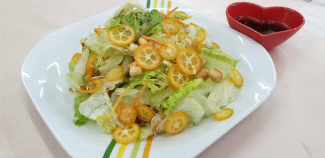 以鮮果切片製成的金棗蔬菜沙拉,口感清爽。(記者戴永華/攝影)