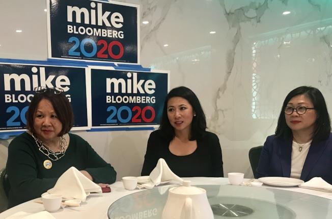 佛州越裔聯邦眾議員麥菲(中)到華埠用餐,同桌者有趙翠薇(右)及蔣美琴(左)。(記者李秀蘭/攝影)