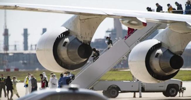 美國政府派出2架包機,撤出在「鑽石公主號」上的328名美國人。美聯社