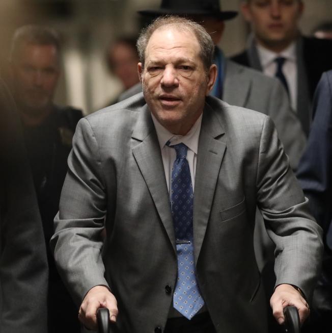 前好萊塢影片製作人溫斯坦18日推著助步器走進法庭。(TNS)