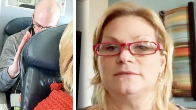 溫蒂‧威廉斯(右)在推特上說,她搭乘美國航空班機的經濟艙把椅背往後傾斜,但是後方男子(左)卻多次用力捶她的椅背。(取材自YouTube)