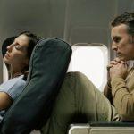 長途旅行、紅眼班機…這時可後傾飛機椅背
