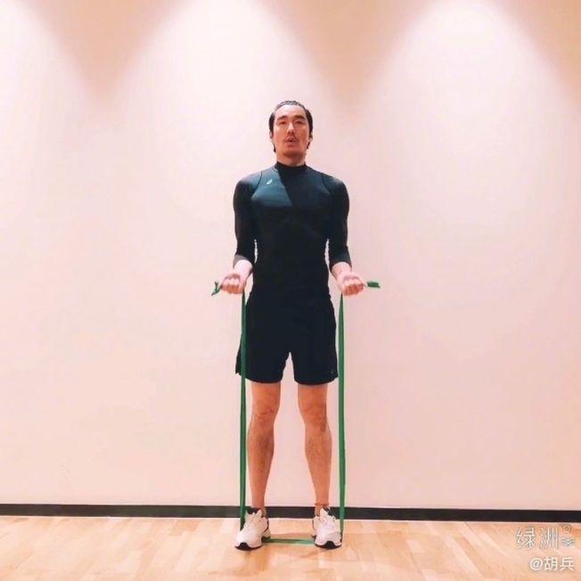 胡兵曬出自己在家健身的照片與視頻。(取材自微博)