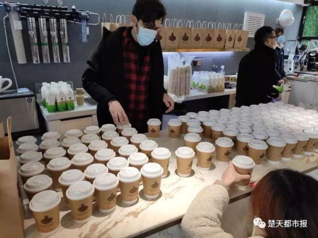 網友透過「雲埋單」捐獻給咖啡店,不到兩天就捐近60萬人民幣。(取材自微信)