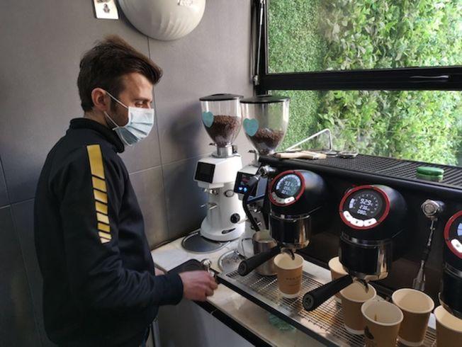 Wakanda咖啡的伊朗籍咖啡師西納,選擇留在中國為醫護泡咖啡。(取材自人民網)