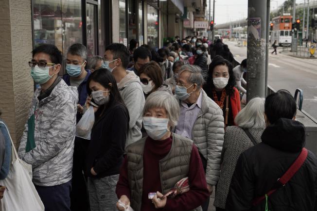 香港民眾排隊購買口罩。美聯社