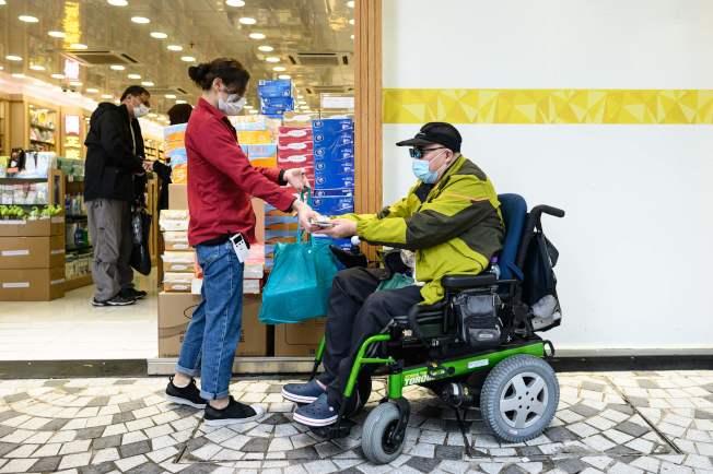 買口罩是香港身障人士不可能的任務,圖為身障者買衛生紙。Getty Images