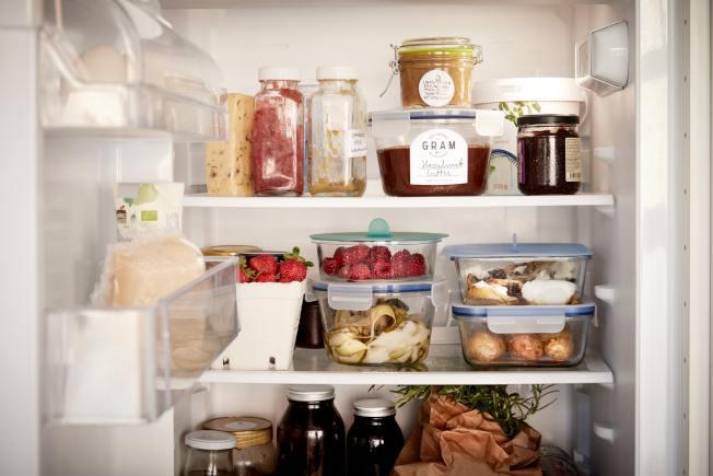 善用收納盒將食材依類型或保存期限分類,也能疊放增加收納空間。圖/IKEA提供