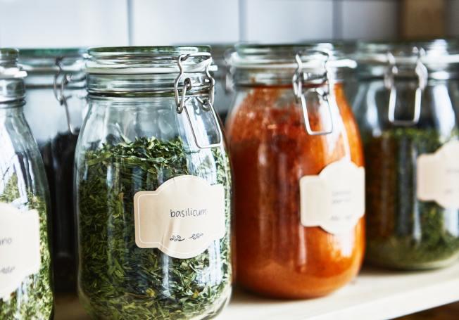雜糧類食材可使用透明玻璃的附蓋萬用罐,最好能搭配標籤標示。圖/IKEA提供