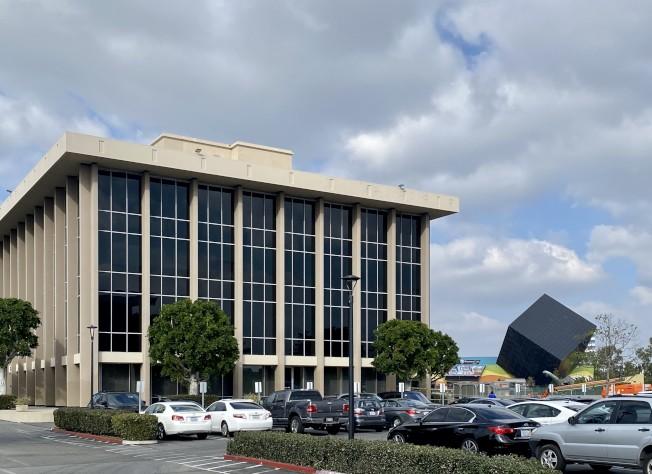 聖塔安那市某商務大樓。(記者尚穎/攝影)